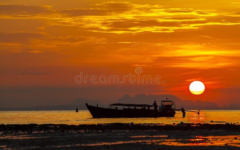 现出轮廓小船在海在日落, Krabi,泰国 库存图片