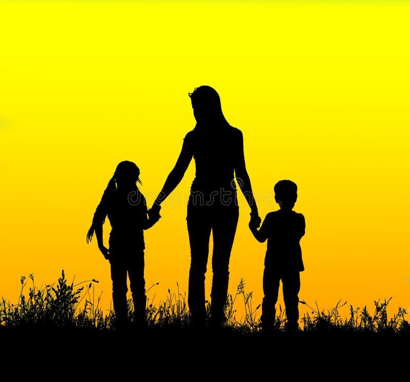 现出轮廓握手的母亲和孩子在日落 免版税库存照片