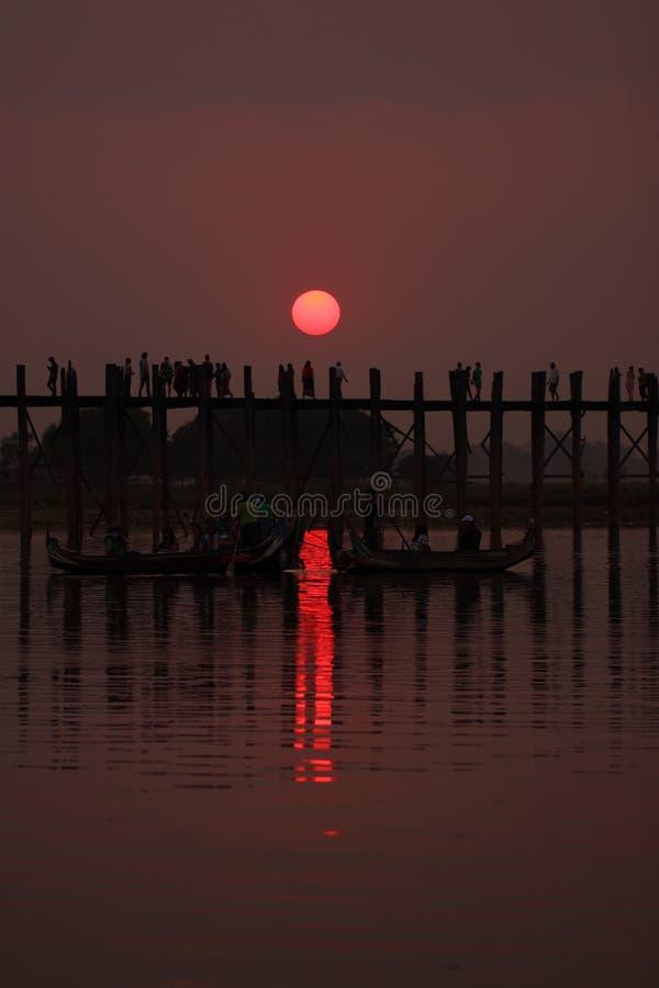现出轮廓的人U Bein桥梁, Amarapura,曼德勒,缅甸 免版税库存图片