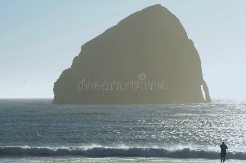 现出轮廓的提案岩石-俄勒冈海岸线 库存照片