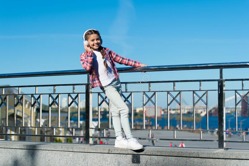 现在使您的孩子满意对可利用最佳的额定的孩子的耳机 享受音乐到处 最佳的音乐应用程序那 免版税库存照片
