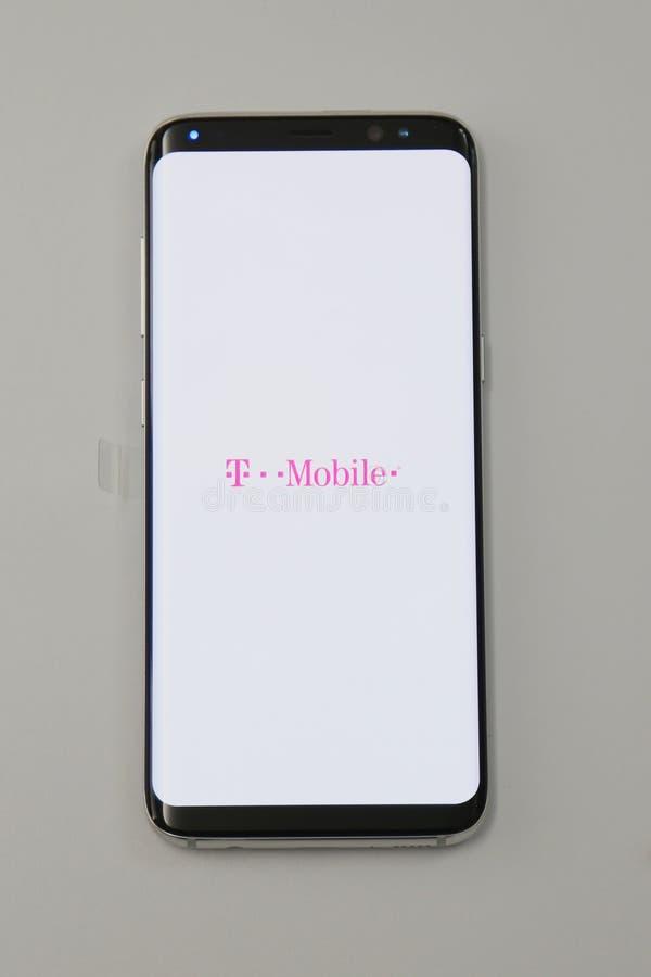 现在被交付到T流动的三星最新的电话星系S8预先订货顾客 库存图片