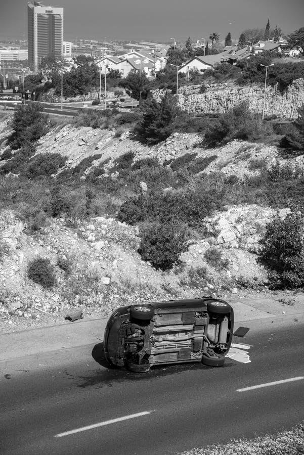 现场车祸的消防员向Carmel邻里的艰难入口路在海法 库存照片
