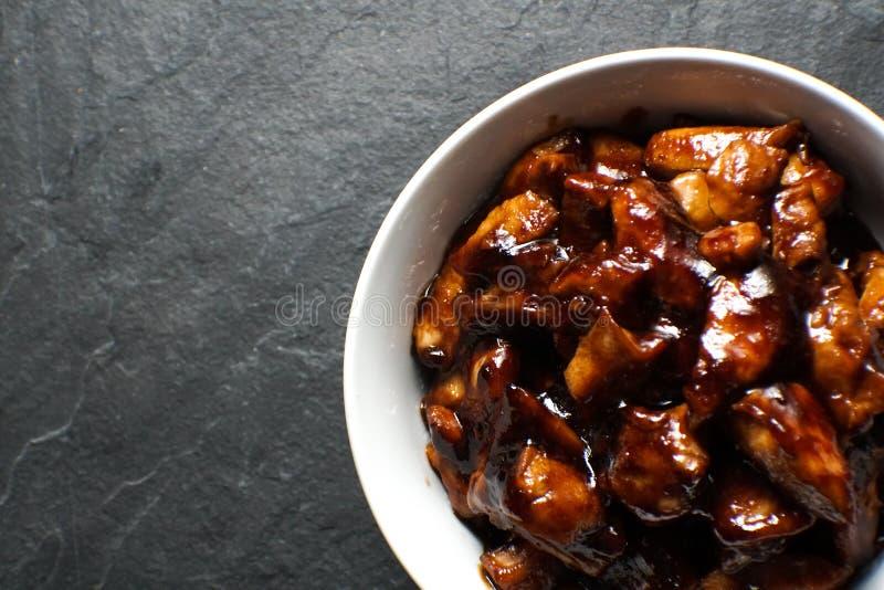 现成的鸡胸脯在teriyaki调味汁自由空间编结 亚洲烹调 免版税库存图片