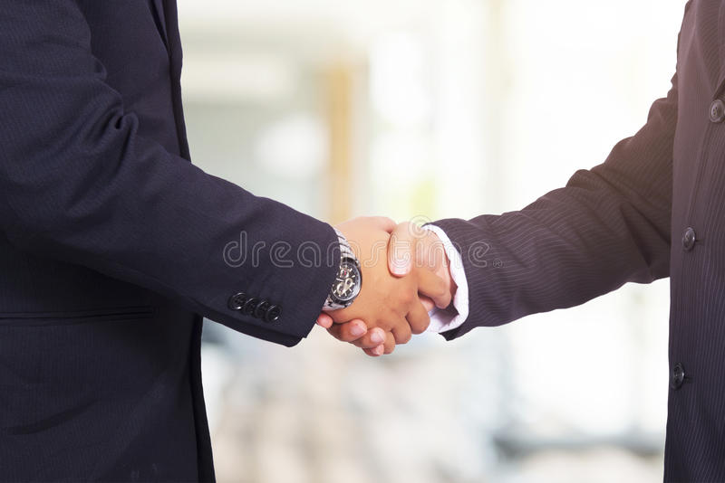 现有量帮助 两商人与每othe握手 图库摄影