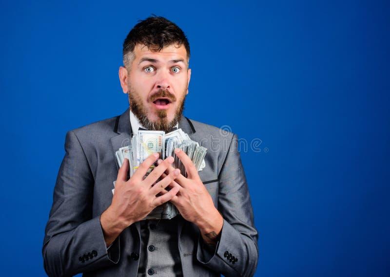 现金交易事务 人愉快的优胜者富有的举行堆美元钞票蓝色背景 胜利抽奖概念 库存图片