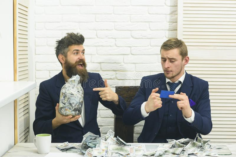 现金发布概念 商务伙伴,商人在会议上在办公室 有胡子的有瓶子的经理和同事  库存照片