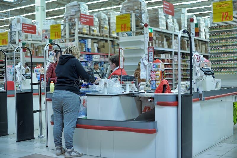 现金点在欧尚大型超级市场商店 免版税库存图片