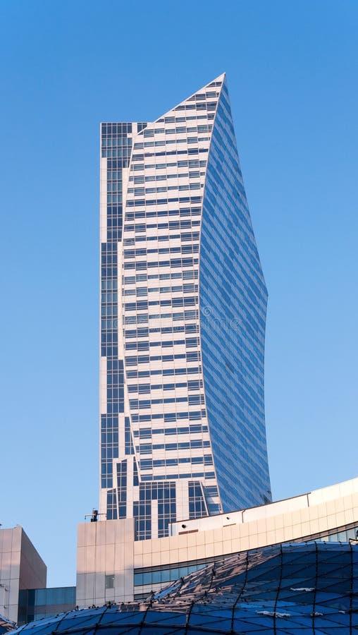 现代不对称的摩天大楼 免版税库存图片