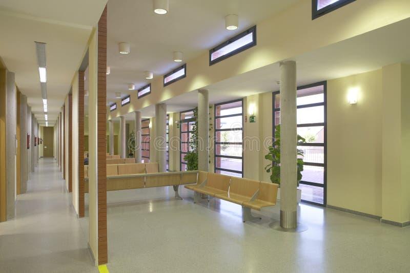 现代与木位子的大厦等候室 免版税库存照片