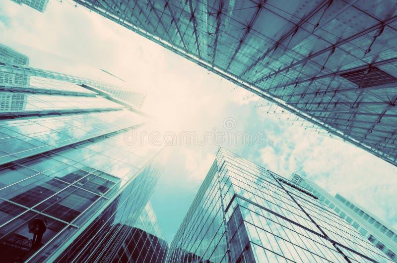 现代企业摩天大楼,在葡萄酒心情的高层建筑物建筑学 免版税库存图片
