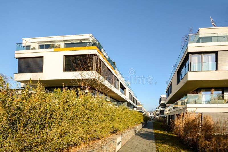 现代住房在城市-都市居民住房 免版税库存照片