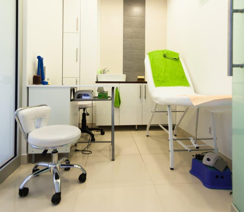 现代健康秀丽温泉沙龙内部。治疗室。 免版税库存图片