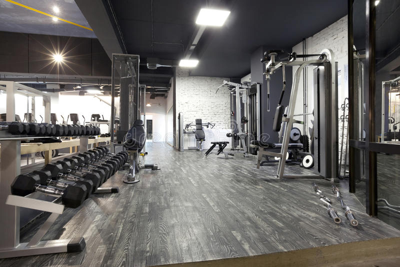现代健身房内部用各种各样的设备 库存图片