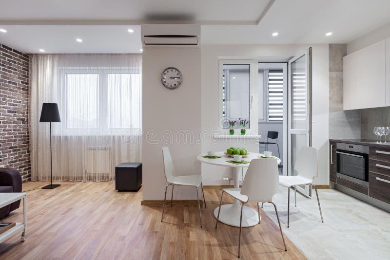 现代公寓内部在斯堪的纳维亚样式的与厨房 库存照片