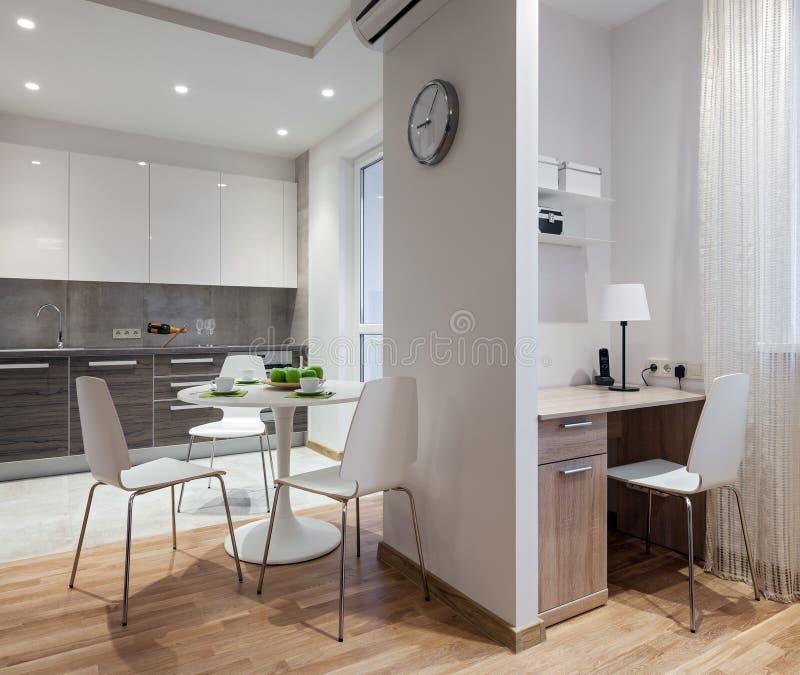 现代公寓内部在斯堪的纳维亚样式的与厨房 库存图片