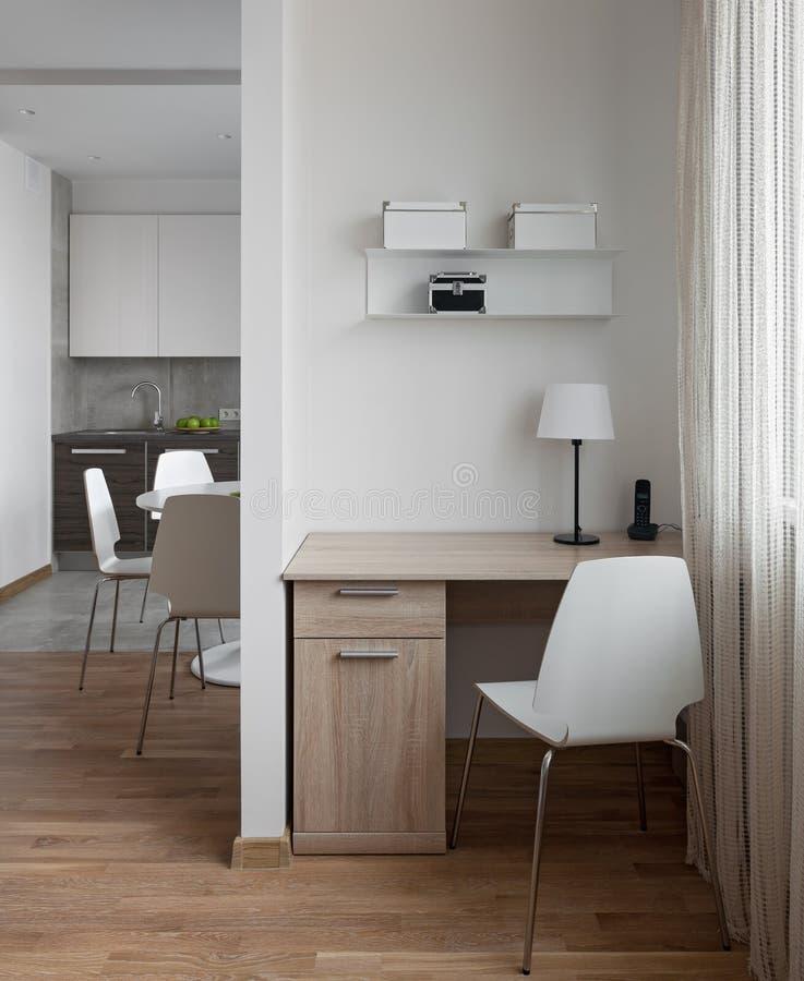 现代公寓内部在斯堪的纳维亚样式的与workplac 库存照片