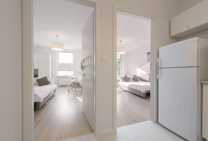 现代公寓的卧室 免版税图库摄影