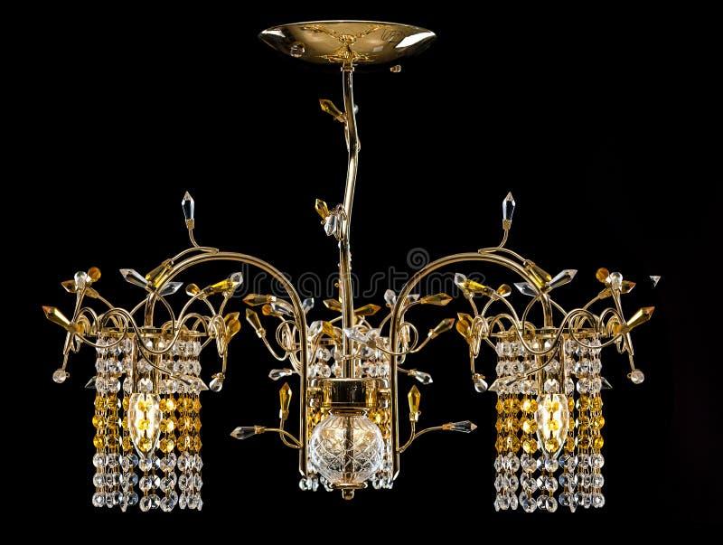 现代内部的枝形吊灯 走廊、客厅或者卧室的水晶枝形吊灯 查出在黑色背景 免版税库存照片