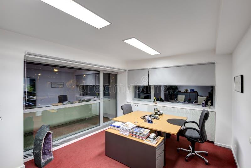 现代办公桌 免版税库存照片