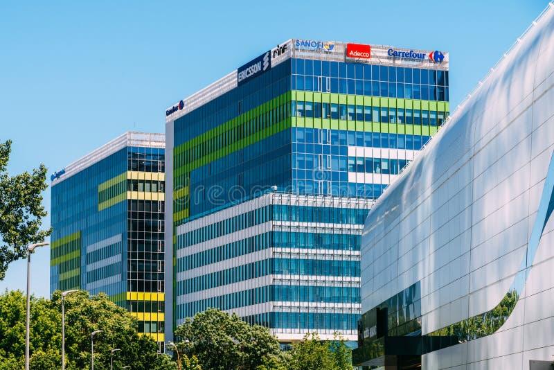 现代办公楼在布加勒斯特市北部区  库存图片