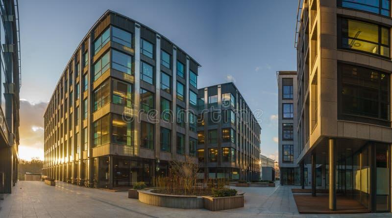 现代办公楼晚上,玻璃和金属大厦 库存图片