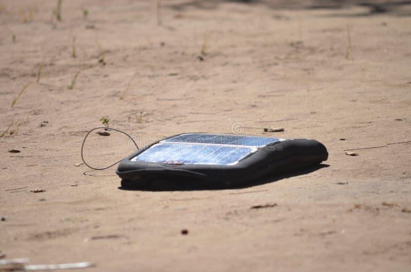 现代移动太阳能电池电话充电器 库存图片