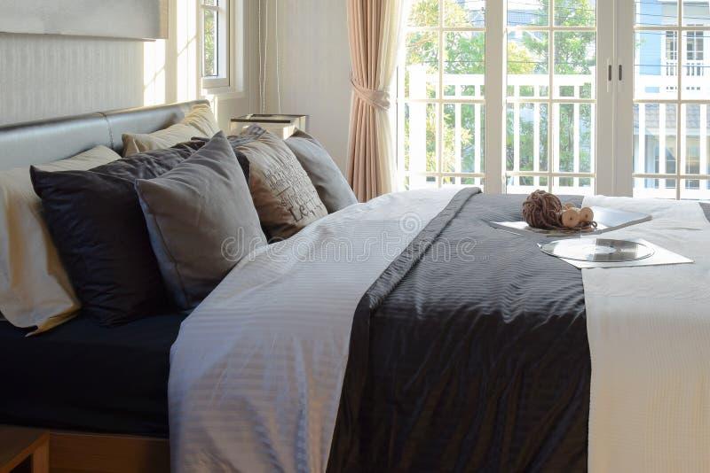 现代卧室装饰与书、钩针编织和唱片 库存照片