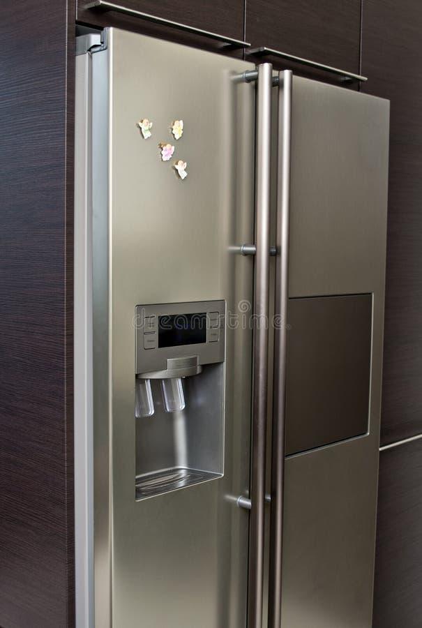 现代厨房冰箱 免版税库存照片