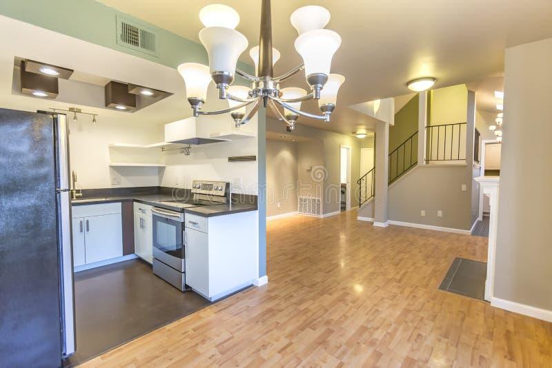 现代厨房和枝形吊灯在圣地亚哥加利福尼亚连栋房屋 免版税图库摄影