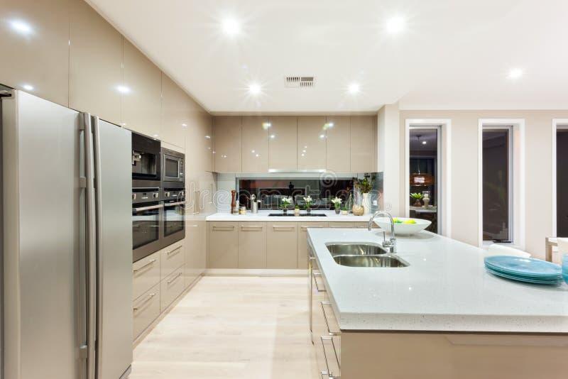 现代厨房有冰箱的和固定在有cabi的墙壁 库存图片