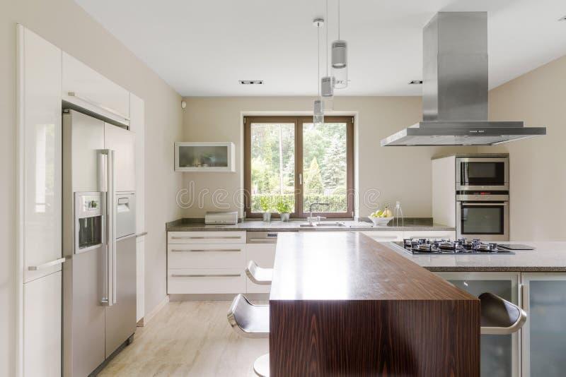 现代和宽敞厨房 免版税库存图片