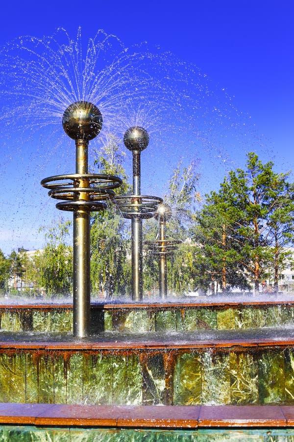 现代喷泉在巴甫洛达尔的中心 免版税库存图片