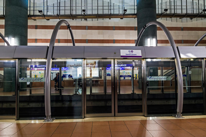 Download 现代地铁站在巴黎 编辑类库存图片. 图片 包括有 平台, 巴黎, 旅行, 安全性, 大城市, 大厅, 岗位 - 62526219