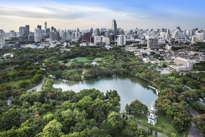 现代城市在一个绿色环境里, Suan卢姆,曼谷,泰国。 免版税库存图片