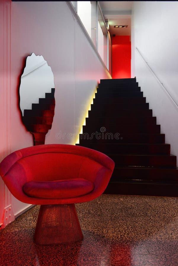 现代大厅楼梯,黑石台阶,家内部 免版税库存图片