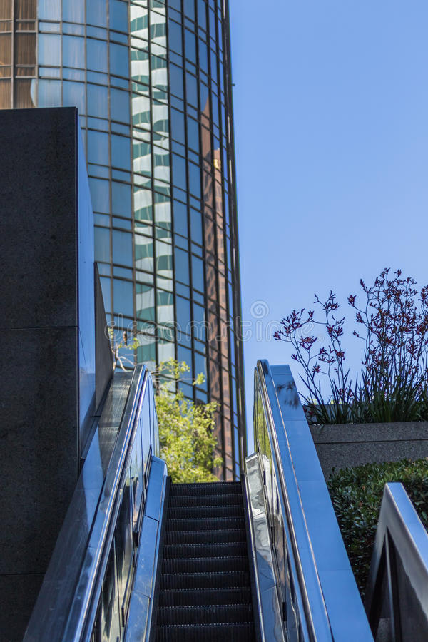 现代大厦和自动扶梯 库存图片