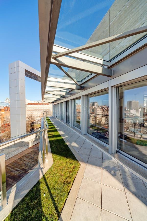 现代大厦大阳台 免版税库存照片