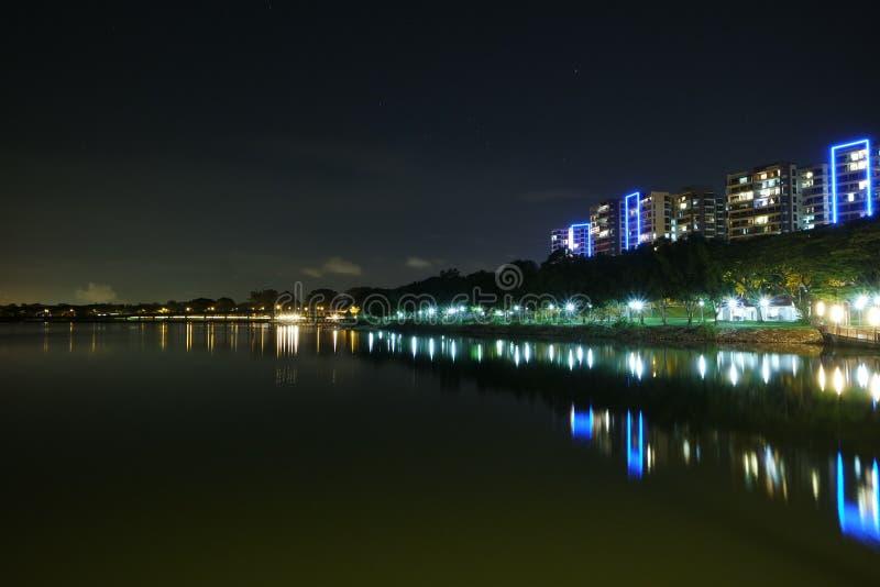 现代大厦江边视图,新加坡 库存照片