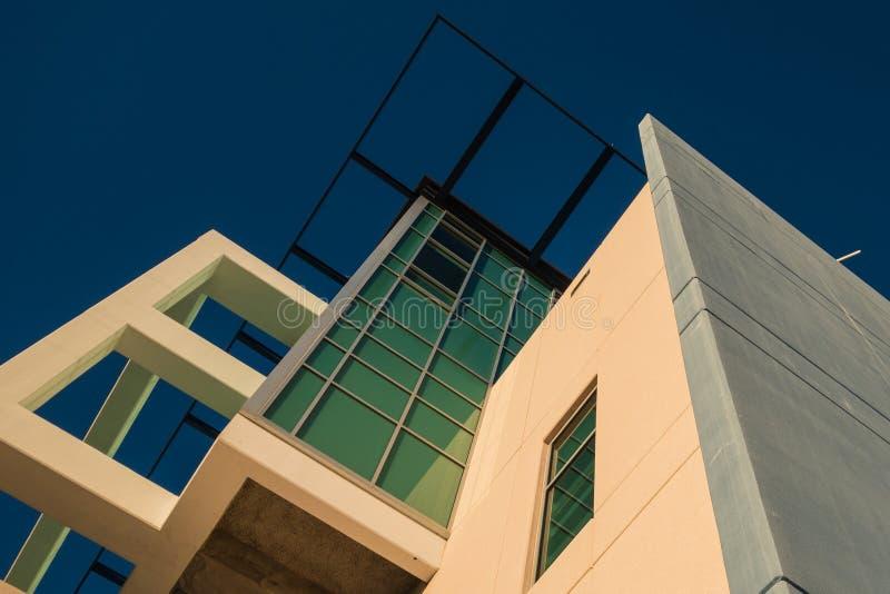 现代大厦看法与蓝天的 库存图片