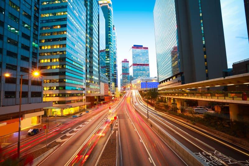 现代大厦背景路光香港落后. 高速公路, 汽车.图片