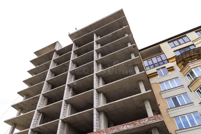现代大厦建设中蓝天 Constructio 免版税库存图片