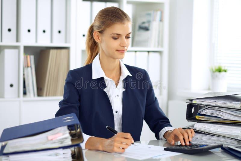 现代女商人或确信的女性会计在办公室 在检查准备期间的学生女孩 审计,税服务 图库摄影