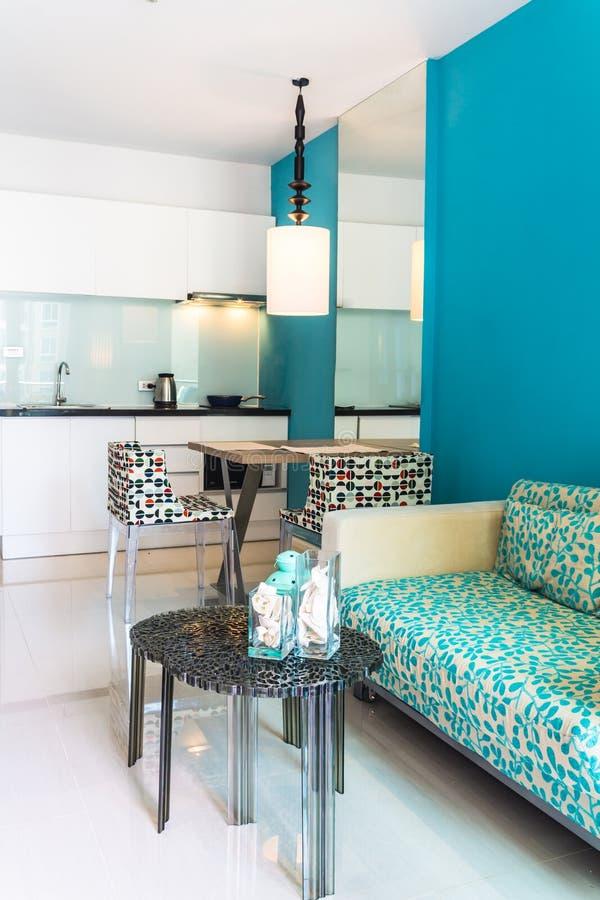 现代客厅和厨房室内部 免版税库存照片