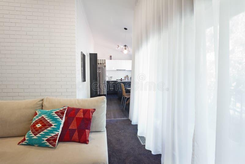 现代客厅水平沙发和纯粹的帷幕 免版税库存图片