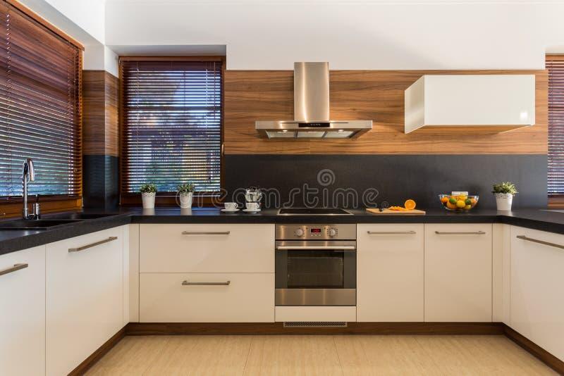 现代家具在豪华厨房里 库存图片