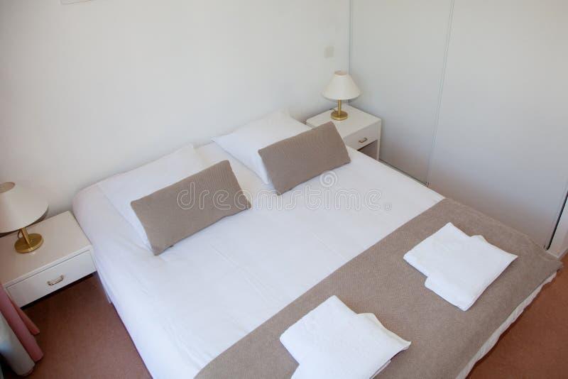 现代家和旅馆卧室 免版税库存图片