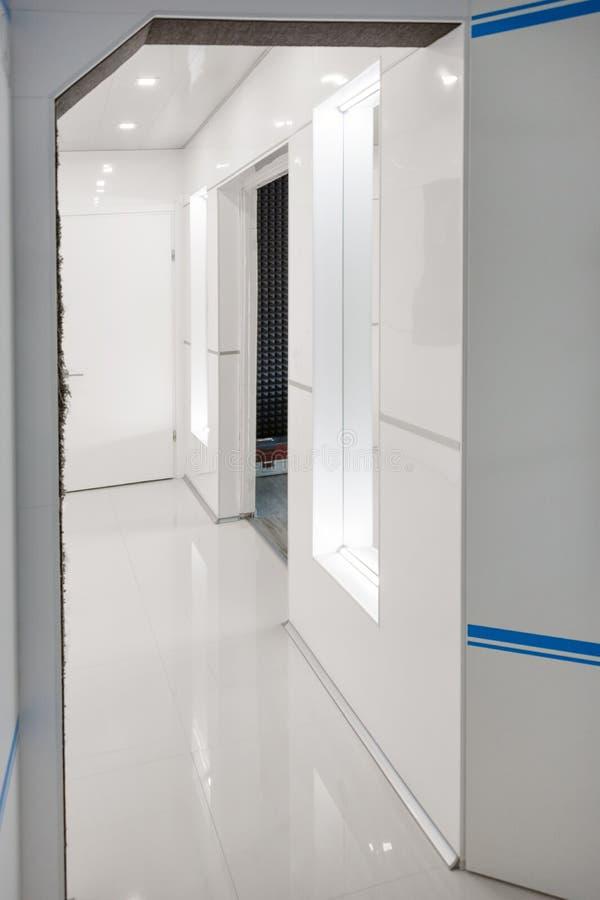 现代家庭走廊内部 白色plactic盘区和瓦片 未来派内部构思设计 太空船在家 免版税库存图片
