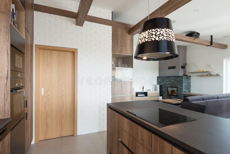 现代家的厨房和客厅内部  免版税库存图片