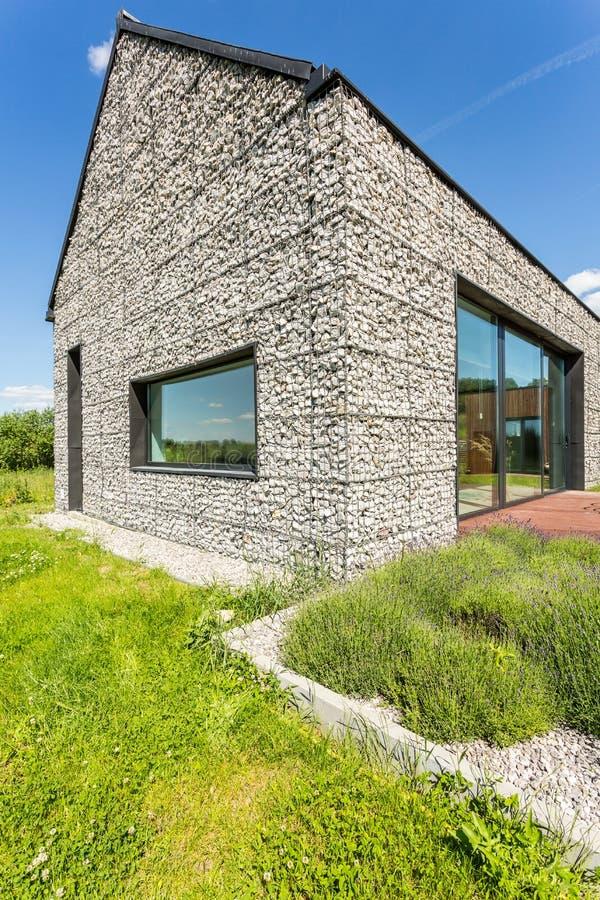 现代小卵石石墙房子 免版税图库摄影